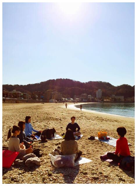 海の音を聞きながら、みんなで瞑想。