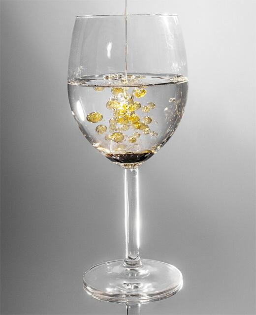 透明なグラスに注いでいくと……