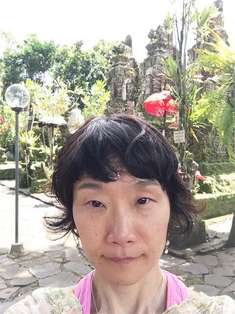不思議な寺院で、3体の神様像と